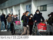 Coronavirus in Lombardy, quarantine begins: regulated entrances to local supermarkets for food supplies by the population.The quarantine was issued by... Редакционное фото, фотограф Marfisi/AGF/Nicola Marfisi / age Fotostock / Фотобанк Лори