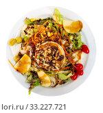 Купить «Goat cheese salad with greens, pear, nuts», фото № 33227721, снято 29 марта 2020 г. (c) Яков Филимонов / Фотобанк Лори