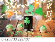 Купить «shamrock on beer glass, green cupcakes and coins», фото № 33228137, снято 31 января 2018 г. (c) Syda Productions / Фотобанк Лори