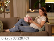 Купить «happy smiling pregnant woman with gift box at home», фото № 33228409, снято 23 января 2020 г. (c) Syda Productions / Фотобанк Лори
