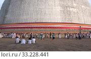 Паломники у подножия дагобы Ruwanweli Maha Seya. Анурадхапура, Шри-Ланка (2020 год). Редакционное видео, видеограф Виктор Карасев / Фотобанк Лори