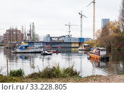Houseboats and the former youth ship Freibeuter in the Rummelsburger Bucht (2018 год). Редакционное фото, агентство Caro Photoagency / Фотобанк Лори