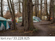Tents of homeless people at the Paul-und-Paula-Ufer in Berlin-Rummelsburg (2018 год). Редакционное фото, агентство Caro Photoagency / Фотобанк Лори