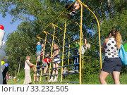 Купить «Дети играют на спортивной лесенке на детской площадке возле больших тополей летом», фото № 33232505, снято 13 июля 2013 г. (c) Светлана Попова / Фотобанк Лори