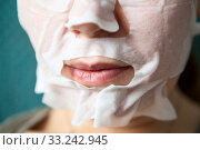 Купить «Facial mask fits tightly to chin, cheeks and nose around mouth, close up view at female face during skin care procedure», фото № 33242945, снято 15 февраля 2020 г. (c) Кекяляйнен Андрей / Фотобанк Лори