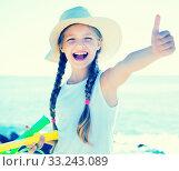 Купить «child in hat on beach shows thumb up», фото № 33243089, снято 29 февраля 2020 г. (c) Татьяна Яцевич / Фотобанк Лори