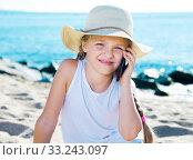 Купить «baby girl with smartphone on sea», фото № 33243097, снято 28 февраля 2020 г. (c) Татьяна Яцевич / Фотобанк Лори