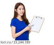 Купить «Woman with pen point to white paper clipboard», фото № 33244189, снято 8 апреля 2020 г. (c) PantherMedia / Фотобанк Лори