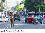Полицейский регулирует дорожное движение. Амбалангода, Шри-Ланка. Редакционное фото, фотограф Виктор Карасев / Фотобанк Лори