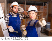 Foreman dissatisfied with quality of repair work of builder. Стоковое фото, фотограф Яков Филимонов / Фотобанк Лори