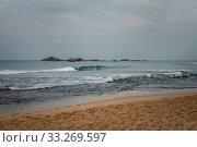 cloudy weather, overcast skies, grayness and waves on the Indian Ocean in Hikkaduwa on Sri Lanka (2019 год). Стоковое фото, фотограф katalinks / Фотобанк Лори