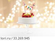 Купить «close up of birthday cake with garland on stand», фото № 33269945, снято 6 июля 2018 г. (c) Syda Productions / Фотобанк Лори