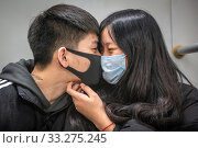 Shanghai, China, 28th Jan 2020, A couple kissing while wearing medical masks to avoid catching the Coronavirus, Edwin Remsberg. Редакционное фото, фотограф Edwin Remsberg / age Fotostock / Фотобанк Лори