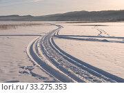 Купить «След от снегохода уходит вдаль большого замёрзшего озера на закате дня», фото № 33275353, снято 8 января 2018 г. (c) Светлана Попова / Фотобанк Лори