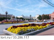 Купить «Russia, Khabarovsk, August 8, 2019: Flowerbed on Lenin square on the main street in the city of Khabarovsk in the summer», фото № 33286117, снято 8 августа 2019 г. (c) Катерина Белякина / Фотобанк Лори