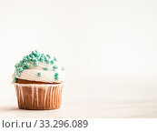 Cupcake decorated blue sprinkles, copy space. Стоковое фото, фотограф Ольга Сергеева / Фотобанк Лори