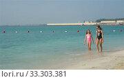 Купить «Kids have a lot of fun at tropical beach playing together», видеоролик № 33303381, снято 3 марта 2020 г. (c) Дмитрий Травников / Фотобанк Лори