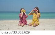 Купить «Two little happy girls have a lot of fun at tropical beach playing together», видеоролик № 33303629, снято 2 марта 2020 г. (c) Дмитрий Травников / Фотобанк Лори
