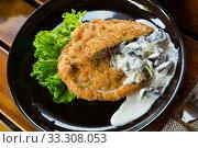 Купить «Delicious schnitzel with mushrooms and lettuce», фото № 33308053, снято 16 июля 2020 г. (c) Яков Филимонов / Фотобанк Лори