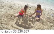 Купить «Two little happy girls have a lot of fun at tropical beach playing together», видеоролик № 33330637, снято 29 февраля 2020 г. (c) Дмитрий Травников / Фотобанк Лори