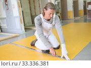 Купить «Craftsman installing plastic flooring», фото № 33336381, снято 29 марта 2020 г. (c) PantherMedia / Фотобанк Лори