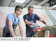 Teenager with professional brick layer in training school. Стоковое фото, фотограф Fabrice Michaudeau / PantherMedia / Фотобанк Лори