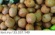 Fresh ripe kiwi in box ready for sale. Стоковое видео, видеограф Яков Филимонов / Фотобанк Лори