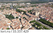 Scenic panoramic aerial view of residential areas of Narbonne with medieval Roman Catholic Cathedral on sunny summer day, France. Стоковое видео, видеограф Яков Филимонов / Фотобанк Лори