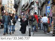 Туристы на улице Юксек Калдырым в городе Стамбуле (2019 год). Редакционное фото, фотограф Free Wind / Фотобанк Лори