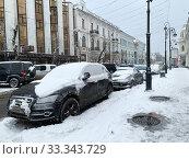 Купить «Засыпанные снегом машины и неочищенные тротуары после снегопада в начале марта. Город Владивосток, Россия», фото № 33343729, снято 4 марта 2020 г. (c) Овчинникова Ирина / Фотобанк Лори