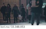 Купить «People crossing the street in wet evening», видеоролик № 33348053, снято 7 февраля 2020 г. (c) Данил Руденко / Фотобанк Лори