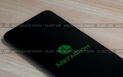 Смартфон с логотипом приложения МегаФон