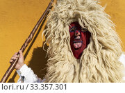 One of 'Los Sidros' participating in the winter masquerade of Valdesoto (Asturias), teases us by sticking out his tongue. (2020 год). Редакционное фото, фотограф Joaquín Gómez / age Fotostock / Фотобанк Лори