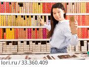 Купить «Girl consultant selling hair dye products», фото № 33360409, снято 24 октября 2019 г. (c) Яков Филимонов / Фотобанк Лори