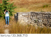 Thin girl photographs ancient stone wall (2019 год). Стоковое фото, фотограф Владимир Арсентьев / Фотобанк Лори