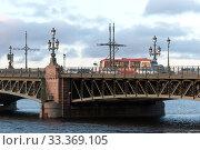 Купить «Городской транспорт на Троицком мосту через Неву. Санкт-Петербург», фото № 33369105, снято 6 марта 2020 г. (c) Румянцева Наталия / Фотобанк Лори