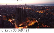 Aerial panorama view of Barcelona city skyline and Sagrada familia at dusk time (2019 год). Стоковое видео, видеограф Яков Филимонов / Фотобанк Лори