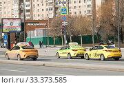 Такси разных компаний. Москва. Россия (2020 год). Редакционное фото, фотограф E. O. / Фотобанк Лори