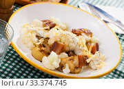 Купить «Baked potatoes with cauliflower, bacon, cheese sauce», фото № 33374745, снято 6 июля 2020 г. (c) Яков Филимонов / Фотобанк Лори