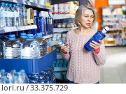 Portrait of elderly woman choosing bottled water. Стоковое фото, фотограф Яков Филимонов / Фотобанк Лори