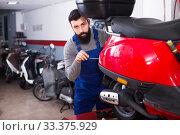 Worker fixes the motorbikes components. Стоковое фото, фотограф Яков Филимонов / Фотобанк Лори