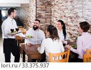 Waiter placing order in restaurant. Стоковое фото, фотограф Яков Филимонов / Фотобанк Лори
