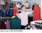Купить «Woman 29-35 years old is deciding on turtleneck sweater», фото № 33375993, снято 7 февраля 2017 г. (c) Яков Филимонов / Фотобанк Лори