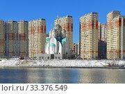 Construction of Moscow river embankment and St. Nicholas Church in new area of Pavshinsky floodplain (2020 год). Редакционное фото, фотограф Валерия Попова / Фотобанк Лори
