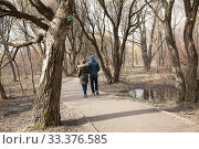 Люди гуляют по пешеходной дорожке в весеннем парке Покровское-Стрешнево (2020 год). Редакционное фото, фотограф Наталия Шевченко / Фотобанк Лори