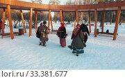 Russian folklore - russian people in costumes are dancing in the snow park. Стоковое видео, видеограф Константин Шишкин / Фотобанк Лори