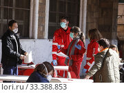 Red Cross operators assist blood donors in the mobile blood bank set up Sempione street in Rome ,ITALY-16-03-2020. Редакционное фото, фотограф Riccardo De Luca / AGF/Riccardo De Luca / AGF / age Fotostock / Фотобанк Лори
