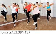 Teenagers training dance in choreography class. Стоковое фото, фотограф Яков Филимонов / Фотобанк Лори