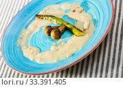 Купить «Sauce with grilled asparagus and champignons», фото № 33391405, снято 29 июня 2018 г. (c) Яков Филимонов / Фотобанк Лори