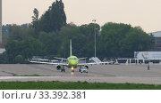 Купить «S7 Embraer ERJ-170 taxiing», видеоролик № 33392381, снято 4 мая 2019 г. (c) Игорь Жоров / Фотобанк Лори